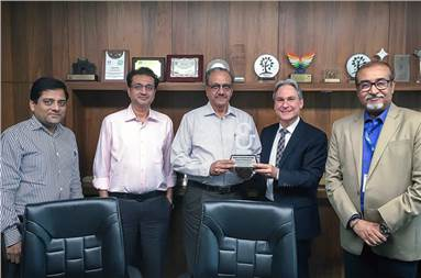 At a ceremony to mark the commissioning of the Rapida 76, Dietmar Heyduck, Koenig & Bauer Sheetfed (second from right), honoured Ramesh Kejriwal, Parksons Packaging (centre), as an important partner