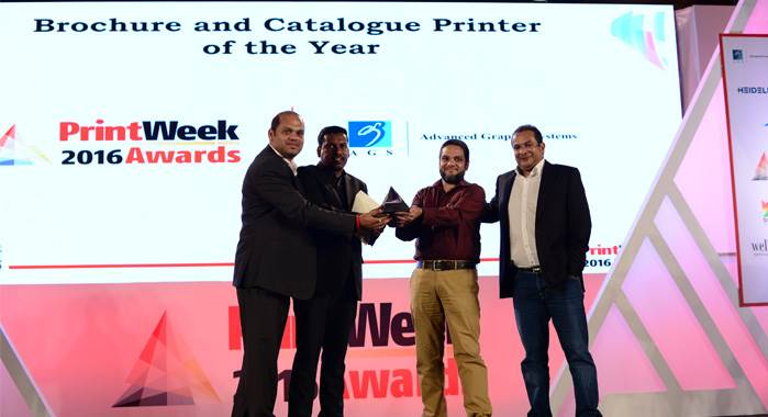 Vishnuu Kamat (l) presenting Brochure & Catalogue Printer of the Year Award 2016&h=135&w=203