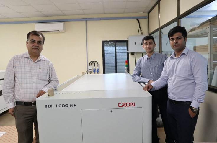 Jatin Udeshi (l) with his son Harsh (r) and Akshat Pardiwala of Nippon Color, with India's second Cron HDI-1600H+ kit